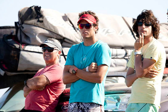 Victor Fernandez with his dad and Alex Mussolini watching the conditions during PWA World Tour 2010.